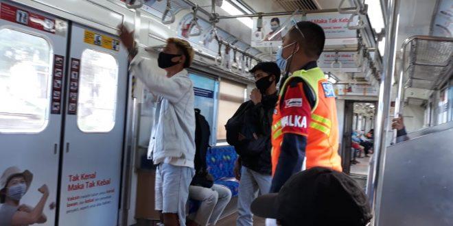 Tak Memakai Masker Scuba, Diminta Petugas Turun dari Kereta