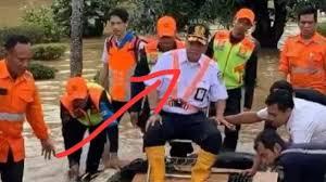 Edi Sukmoro Naik Getek Tinjau Banjir, Jadi Bahan Olok-Olok Nitizen